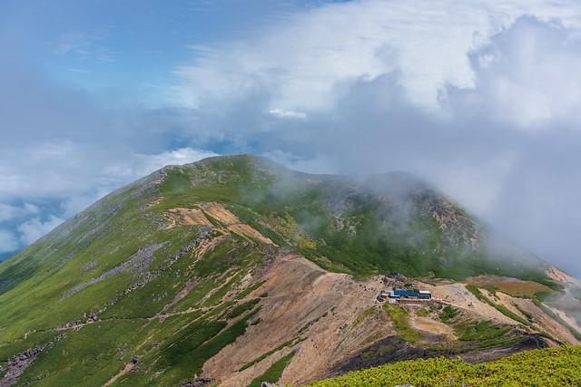 一瞬ガスが遠のく継子岳方面@摩利支天乗越展望台