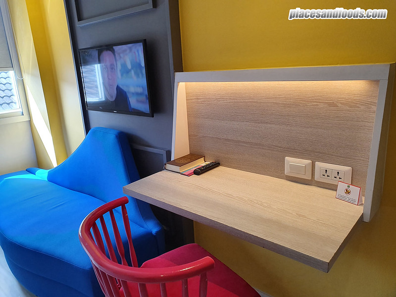 ibis phuket town room desk