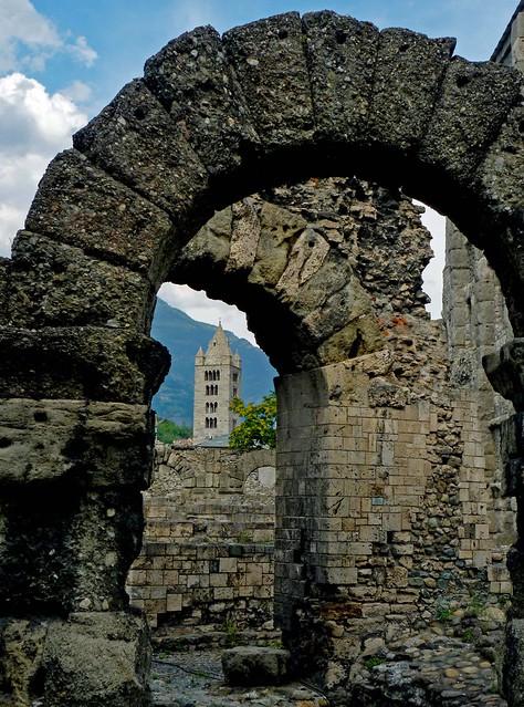Il teatro romano e il campanile di Sant'Orso