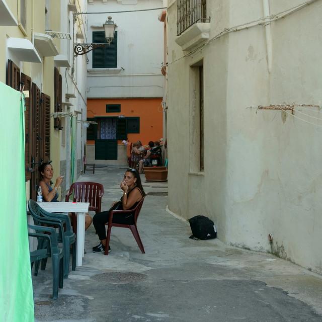 Salento 3. Sigarette e conversazione in un vicolo di Gallipoli.Smoking and chatting in an alley of Gallipoli.Candid.(Sud/South)