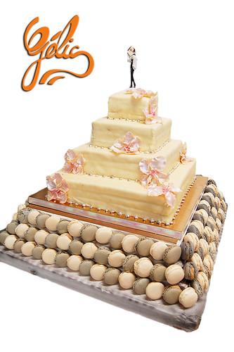 Wedding cake sur socle de macarons