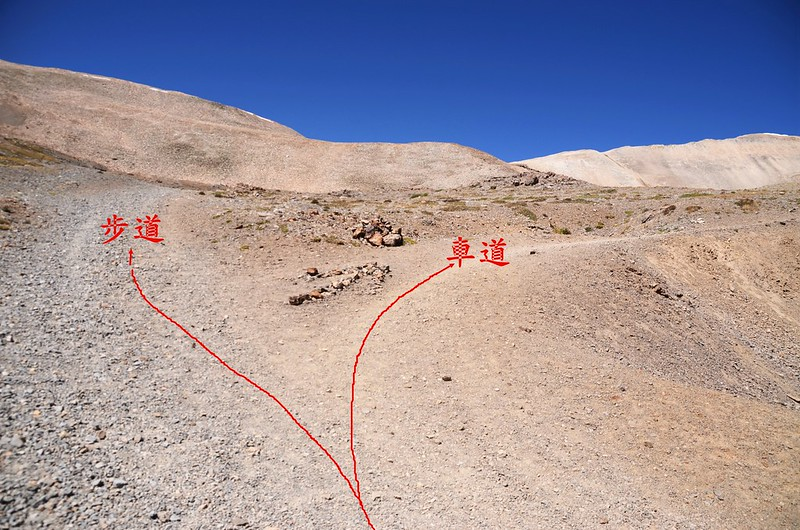 Hiking route & drive road junction  (4)