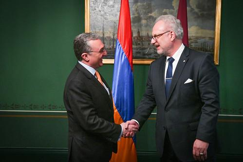 Valsts prezidents Egils Levits tiekas ar Armēnijas ārlietu ministru Zohrabu Mnatsakanjanu (Zohrab Mnatsakanyan)