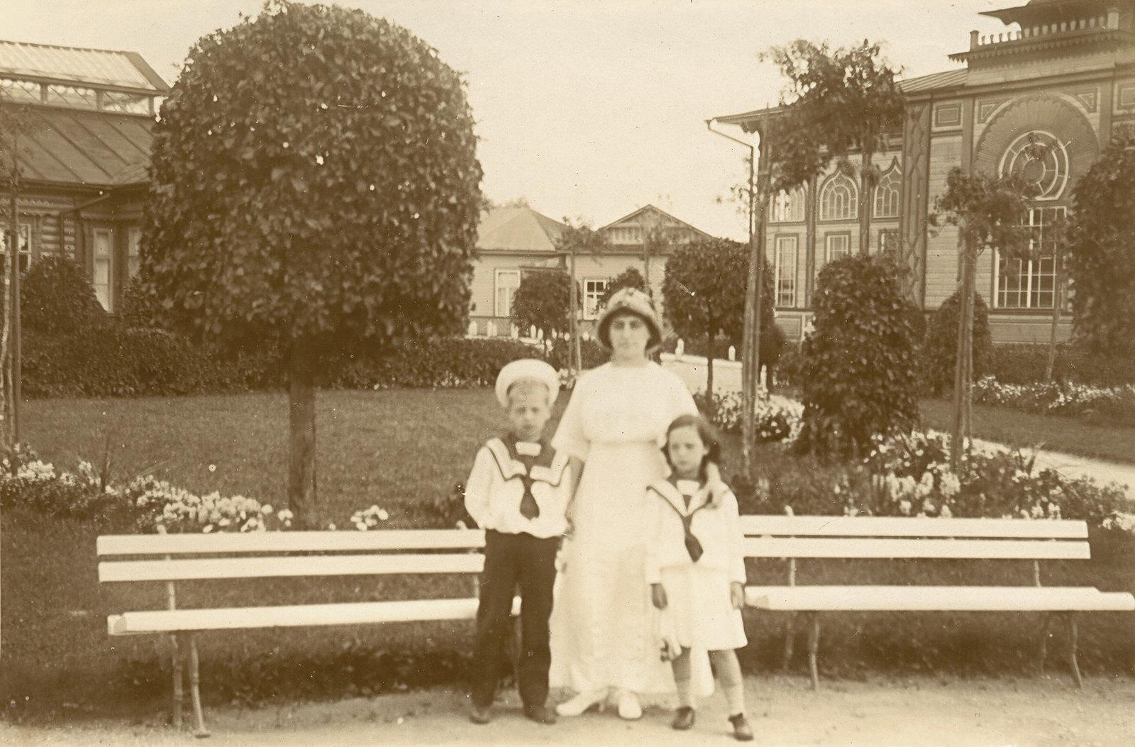 Фани Львовна Борштейн со своими детьми Борей и Еленой в курортном парке