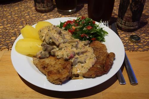 Paniertes Schweineschnitzel mit Champignon-Soße nach Jäger Art mit Salzkartoffeln und Ruccolo-Tomaten-Salat
