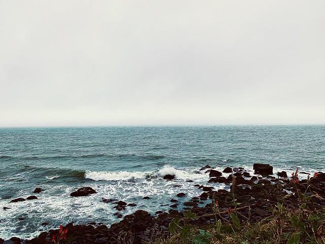Na praia em um dia nublado
