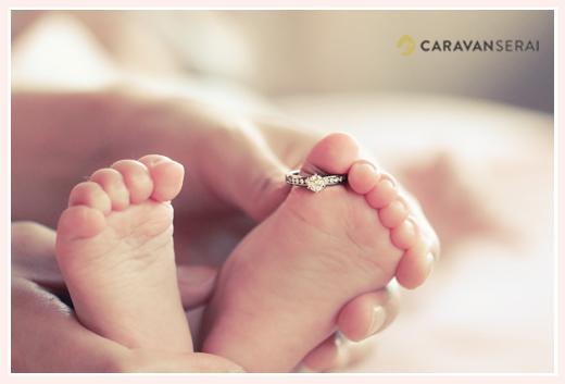 赤ちゃんの足の指に婚約指輪をはめて