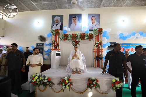 Satguru Mata Ji blessing the Sadh Sangat