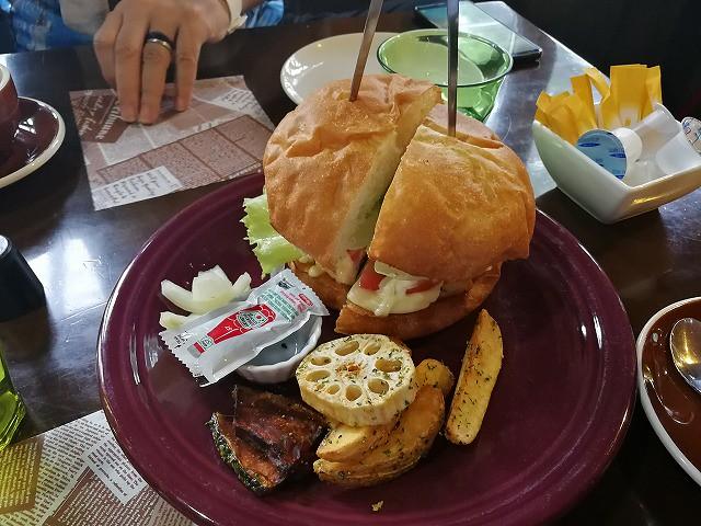 <p>このボリューム、二人で食べて丁度良い。ビーフバーガー1250円</p>