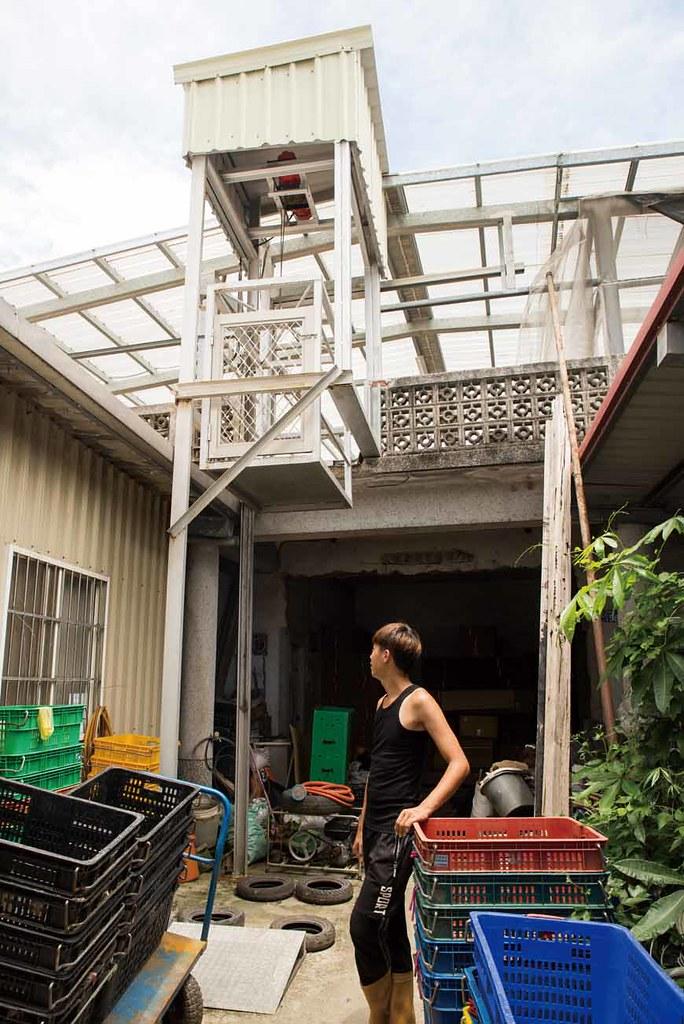農場裡的有機育苗場專用電梯,場域通過慈心認證。