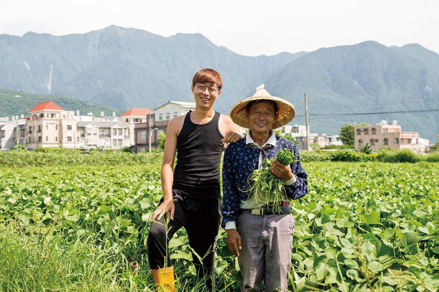 2003年,父親陳文富(右)接觸自然農法,毅然決然轉型種植有機蔬菜,兒子陳柏叡(左)2015 年離開電子業的工作,返鄉從農。
