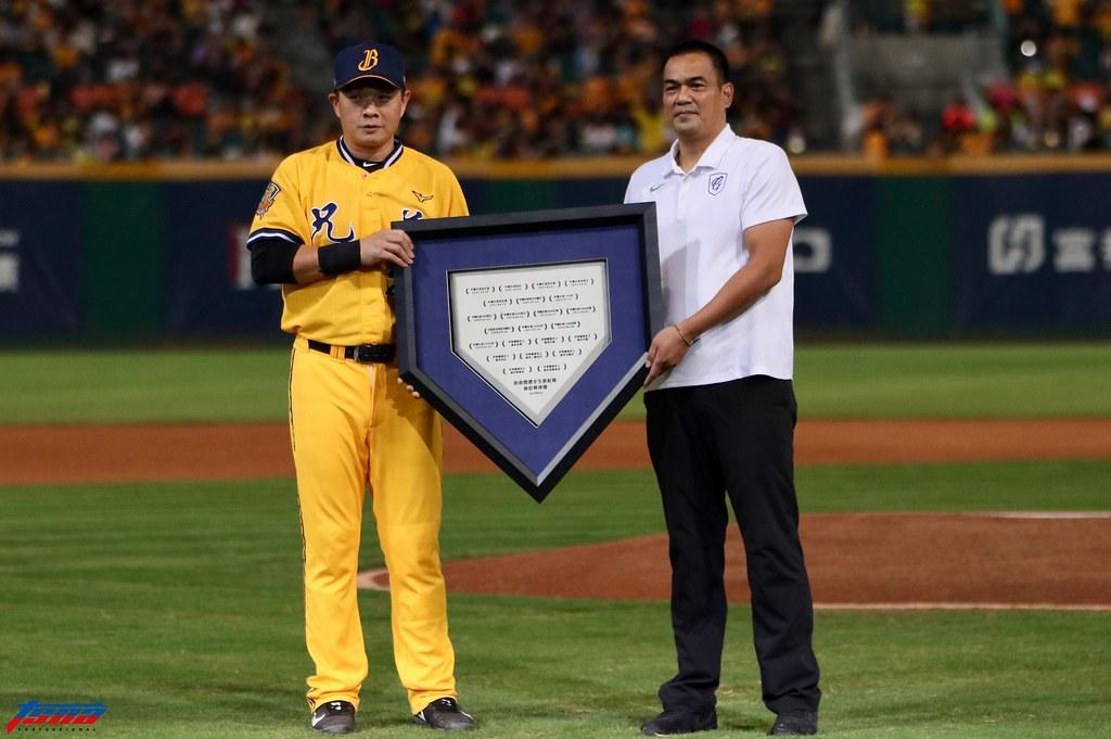 陳金鋒代表富邦球團贈送象徵意義的本壘板給彭政閔。(實習攝影/林益民攝)