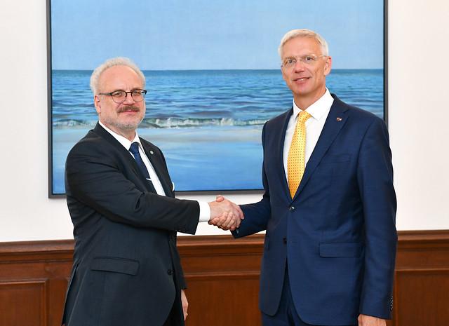 Valsts prezidents Egils Levits tiekas ar Ministru prezidentu Krišjāni Kariņu
