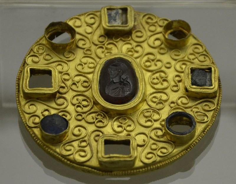 53 Золотая фибула с римской геммой VIIв