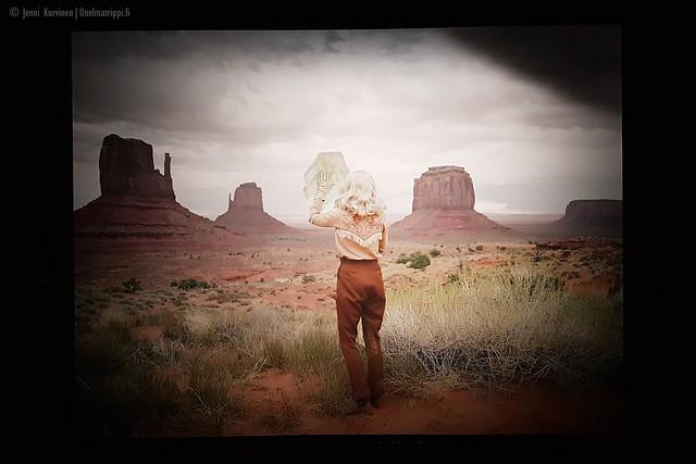 Nainen Monument Valleyssä Anja Niemen näyttelyssä In Character