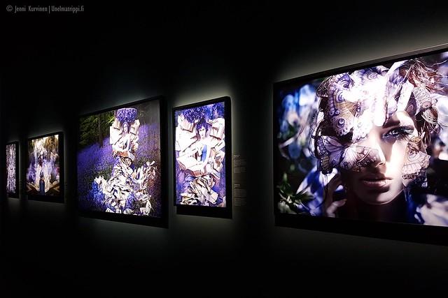 Sinisävyisiä kuvia Kirsty Mitchellin Wonderland-näyttelyssä