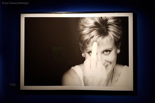 Alison Jacksonin Truth is Dead -näyttelyn kuvassa Dianaa muistuttava hahmo