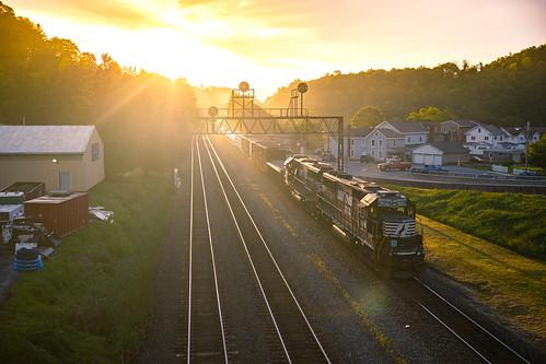 263 emdsd40e ns ns38q ns6309 nspittsburghline norfolksouthern pt263 sunrise glint golden helperset helpers railroad sillouhette trains
