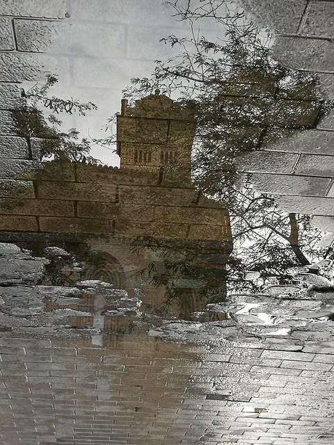 Iglesia de La Magdalena (Zaragoza), reflejada en un charco de agua