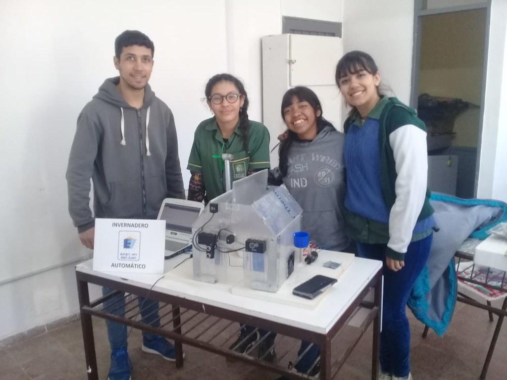 Imbatibles estudiantes ganaron el primer y tercer premio en Robótica y Programación