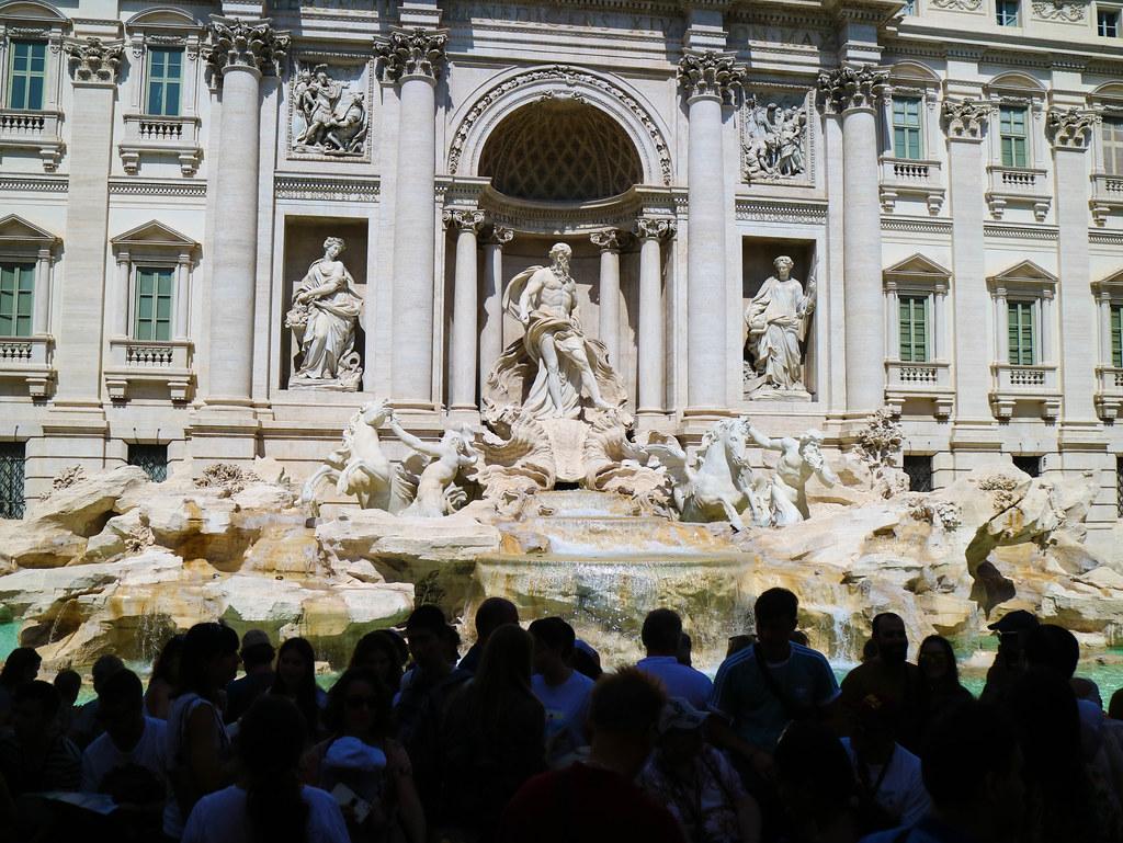Fontana di Trevi llena de gente