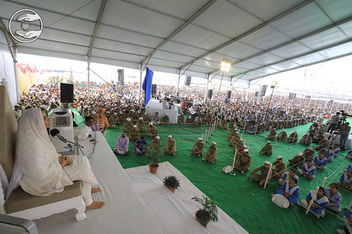 Satguru Mata Sudiksha Ji Maharaj blessing the congregation