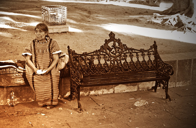 La señora y la banca (Oaxaca, México)