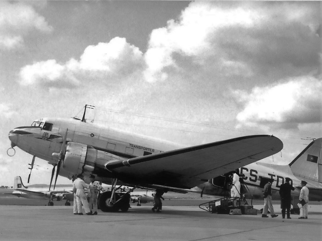 Linha Aérea Imperial preparativos de saída do DC-3 CS-TDD para África, Aeroporto da Portela, 1950 (Cte. Amado da Cunha; Col. Ant.º Fernandes)