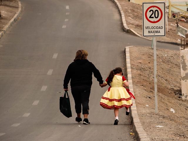Abuela y nieta caminando