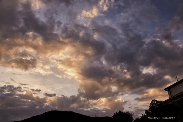 Veprinac: pogled na nagomilane oblačine nad Ćićarijom