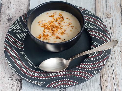 Blumenkohl-Cashew-Suppe mit knusprigem Buchweizen aus dem Slowcooker