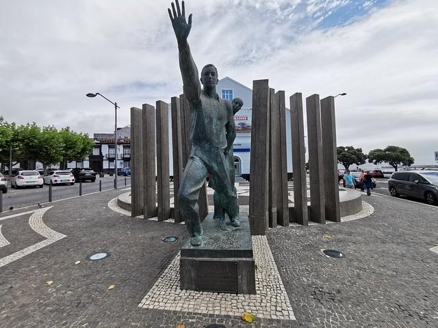 Monumento al emigrante escultura Ponta Delgada Isla San Miguel Azores Portugal
