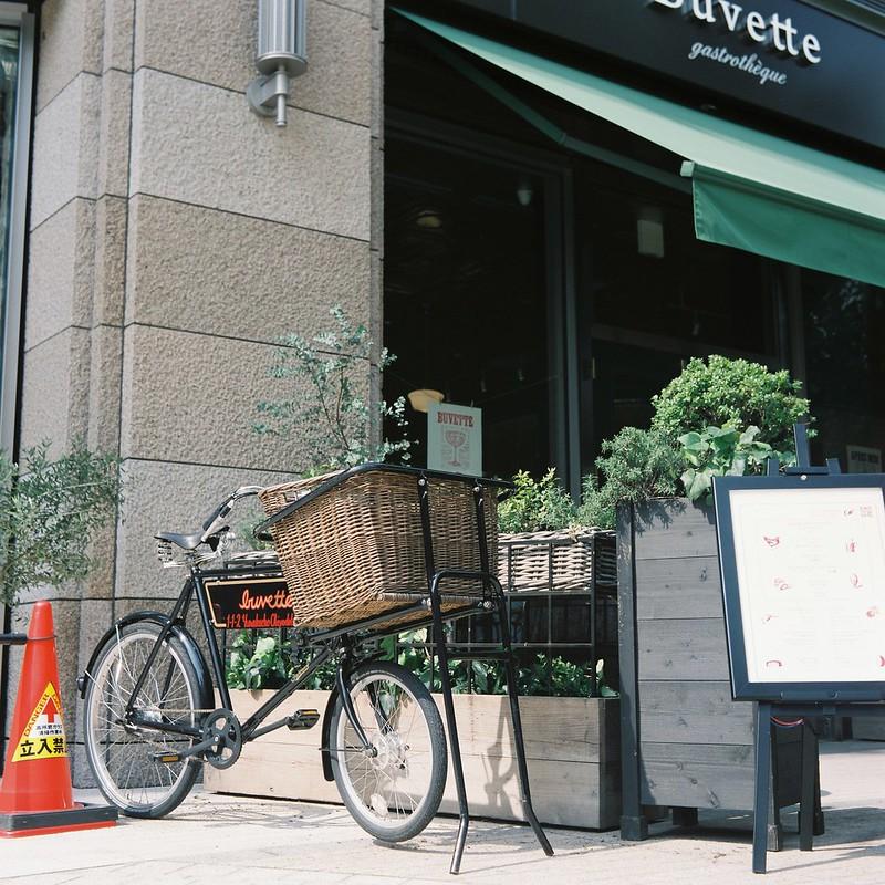 Meopta flexaret+Belar 80mm f3 5+FUJIFILM PRO 400H日比谷ミッドタウンBuvetteの自転車