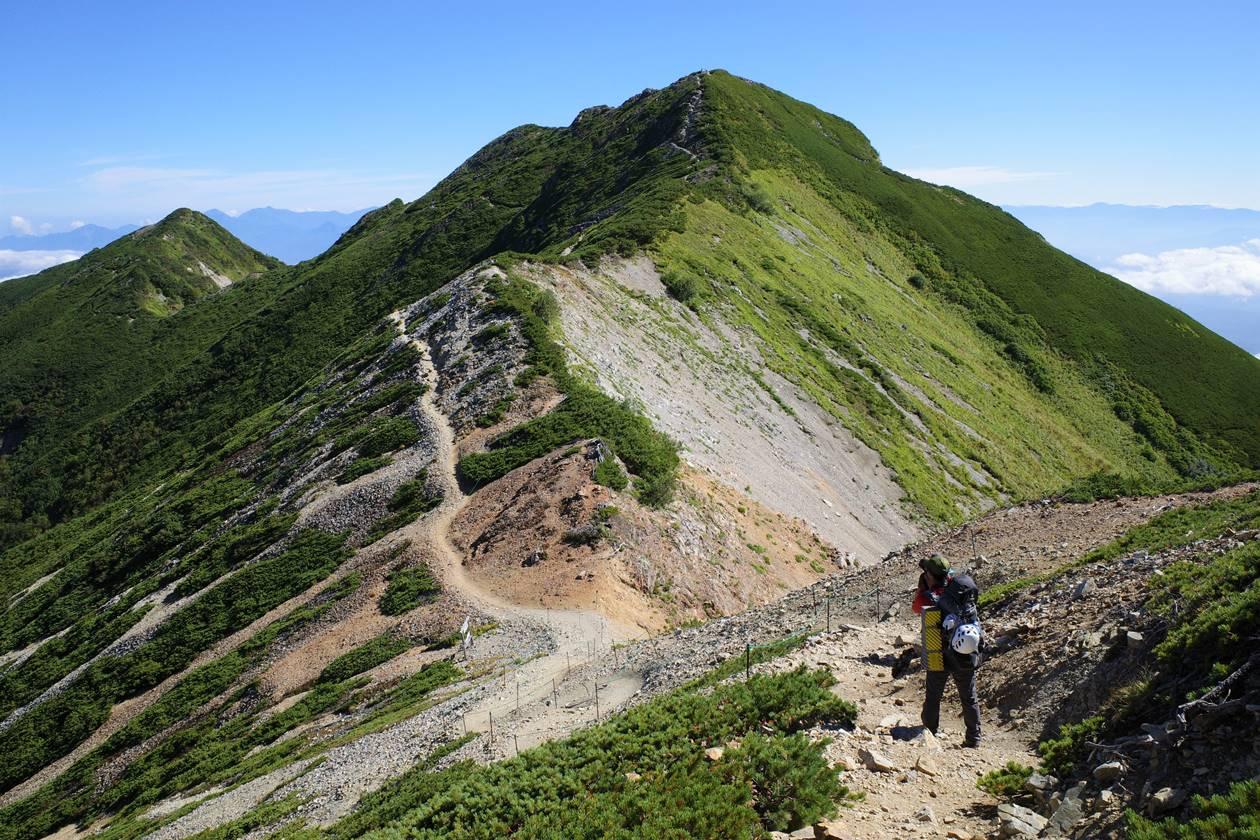 爺ヶ岳南峰から眺める中峰