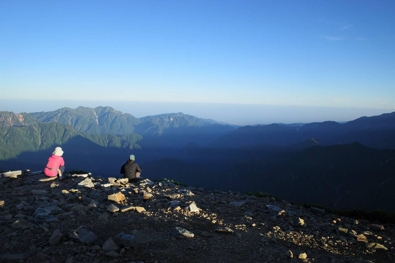 鹿島槍ヶ岳山頂から眺める毛勝山と海