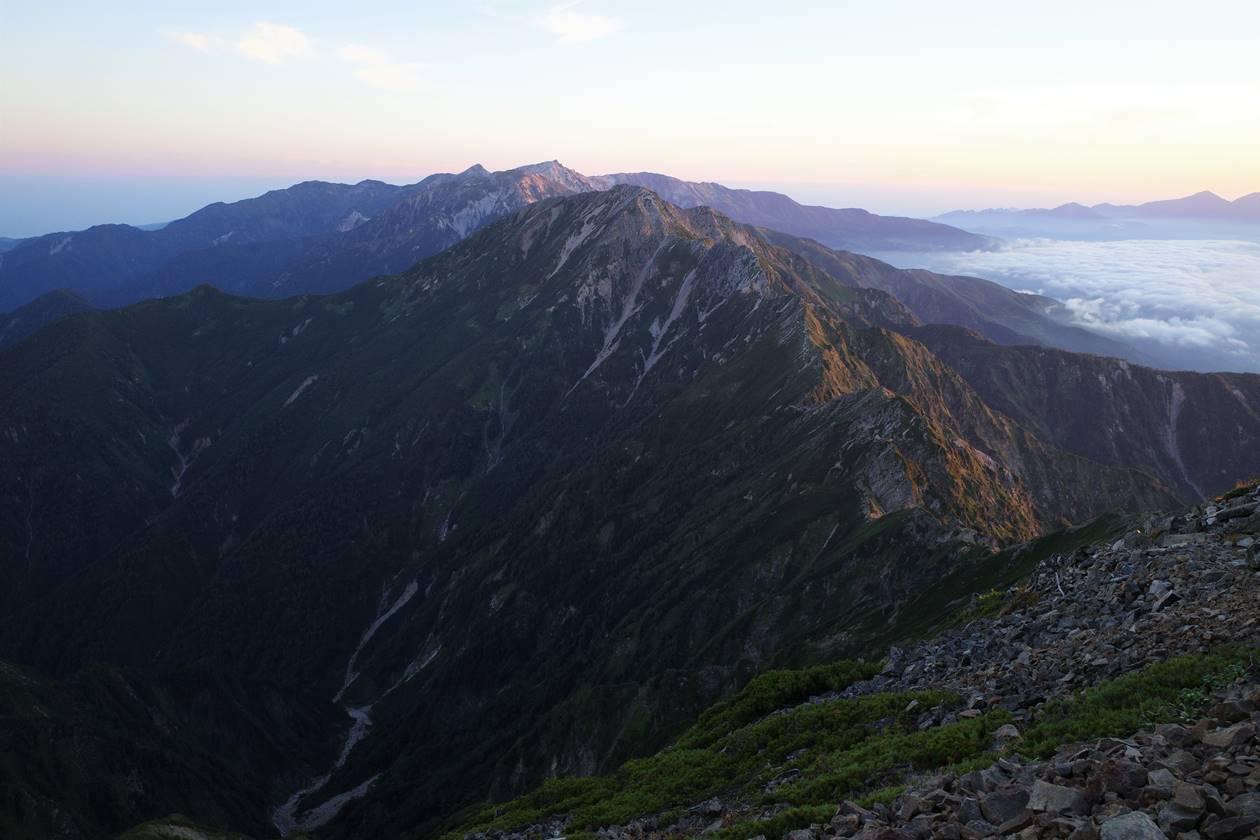 鹿島槍ヶ岳から眺める五竜岳と白馬岳