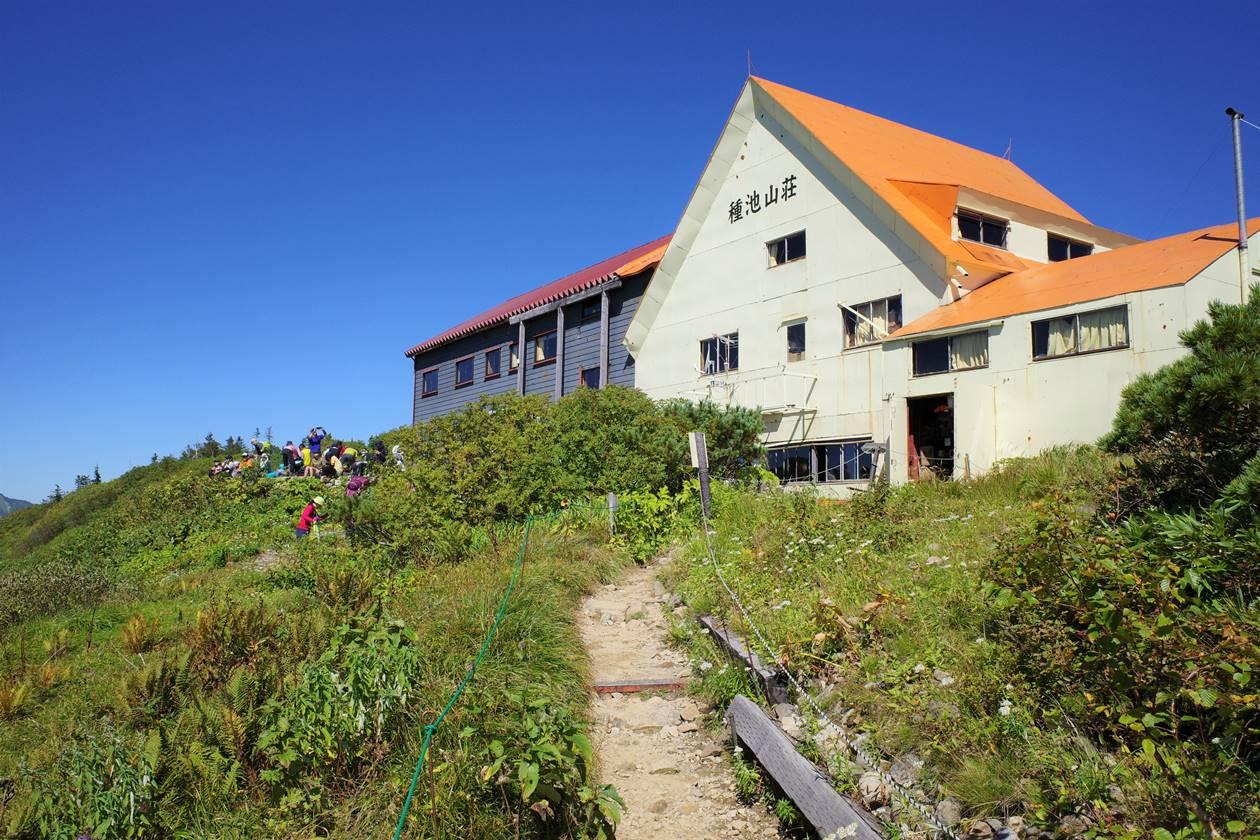 オレンジ屋根の種池山荘