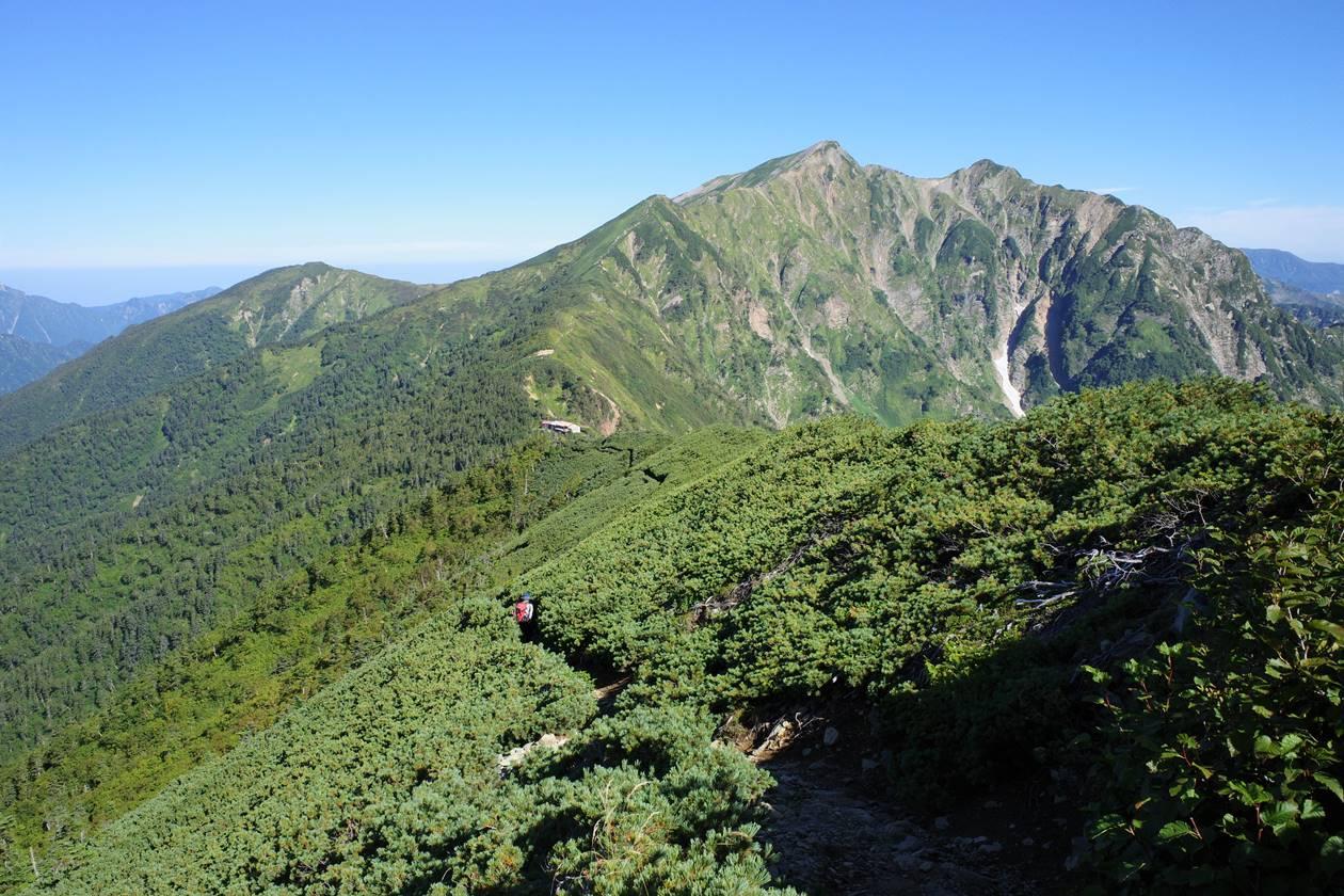 稜線から眺める鹿島槍ヶ岳と冷池山荘