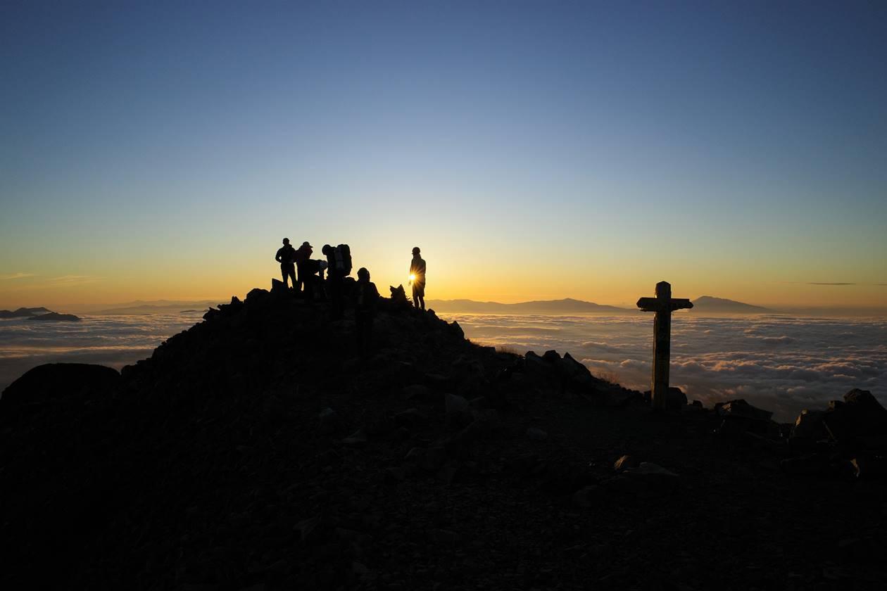 鹿島槍ヶ岳山頂 ご来光と登山者