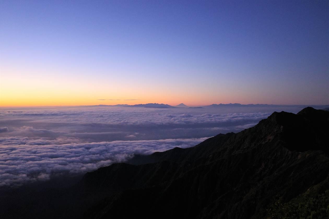 布引山 雲海の果ての富士山