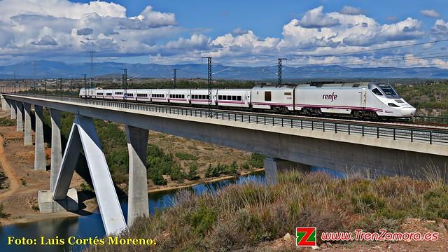 Primer tren de viajeros, en pruebas, cruzando el viaducto de Agavanzal (2).