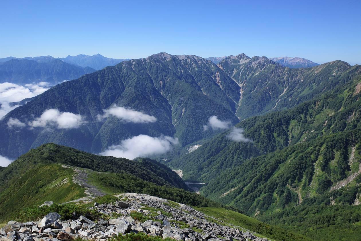 爺ヶ岳山頂から眺める槍ヶ岳・北アルプスの山々と扇沢
