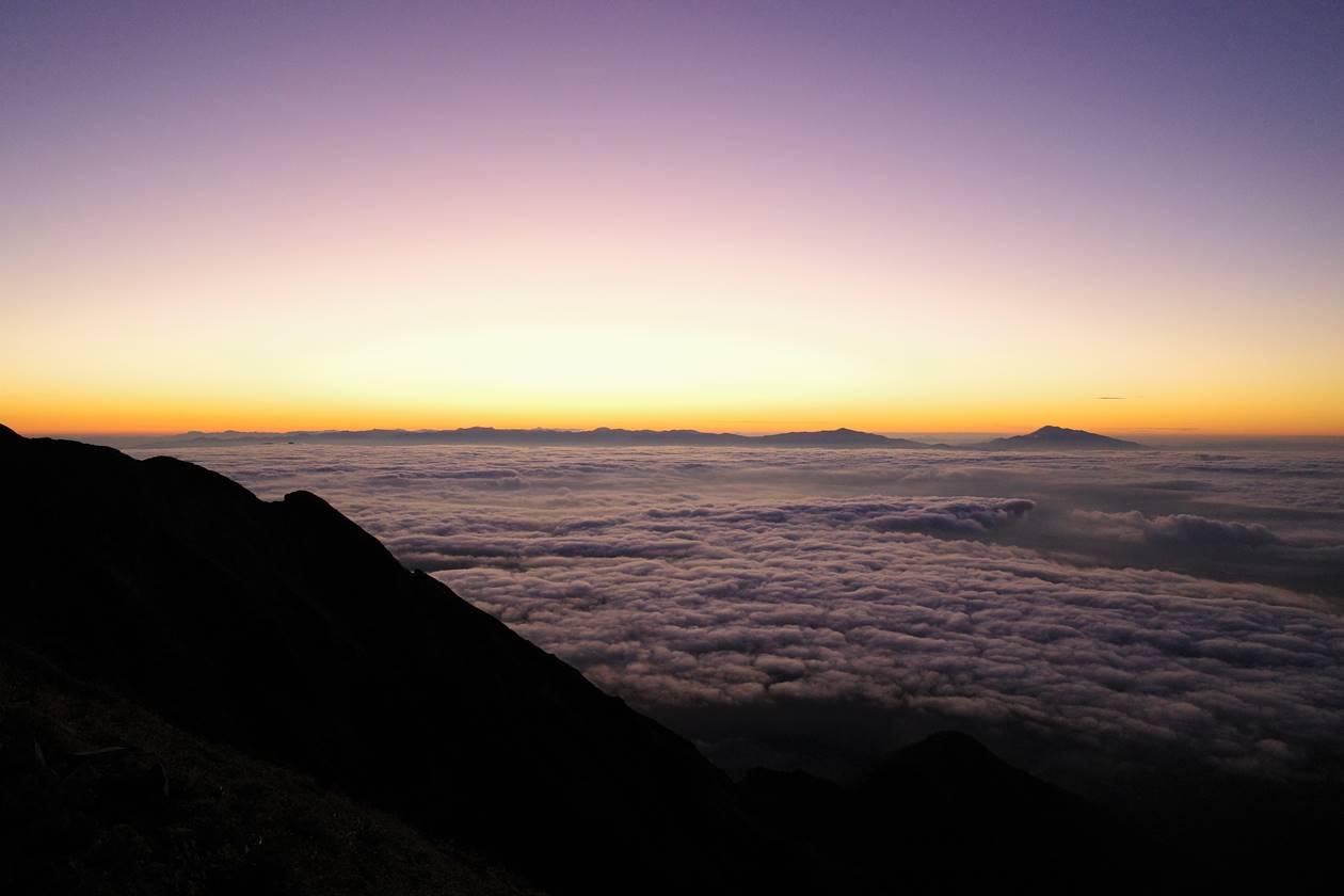 布引山 雲海と夜明けの空