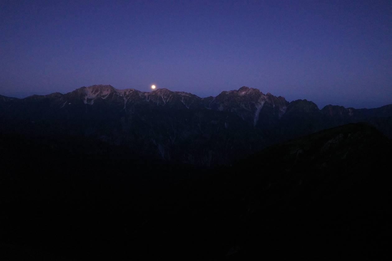 剱岳に沈む満月