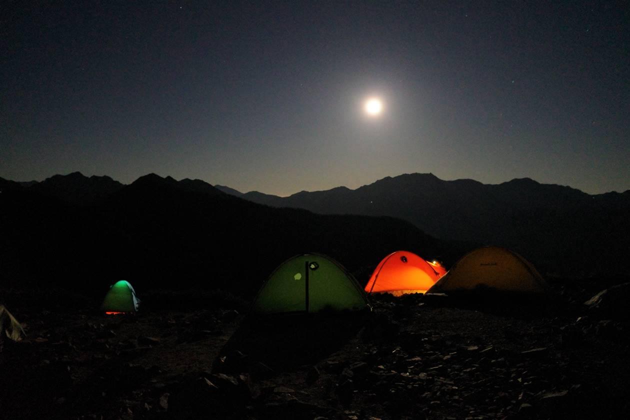 冷池山荘のテント場からの満月と夜空
