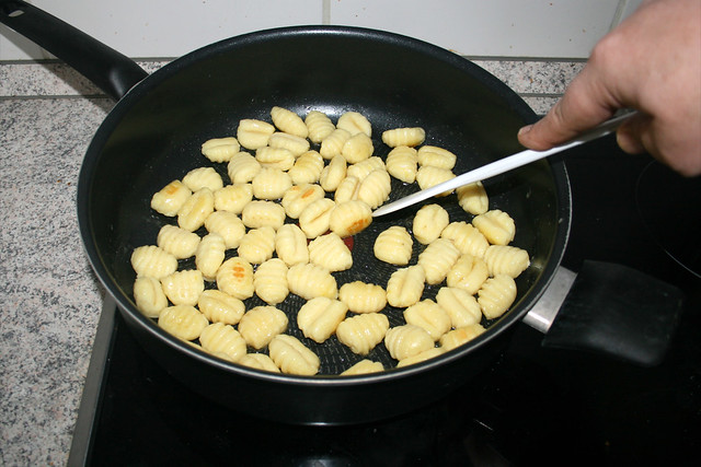 02 - Gnocchi goldbraun anbraten / Fry gnocchi