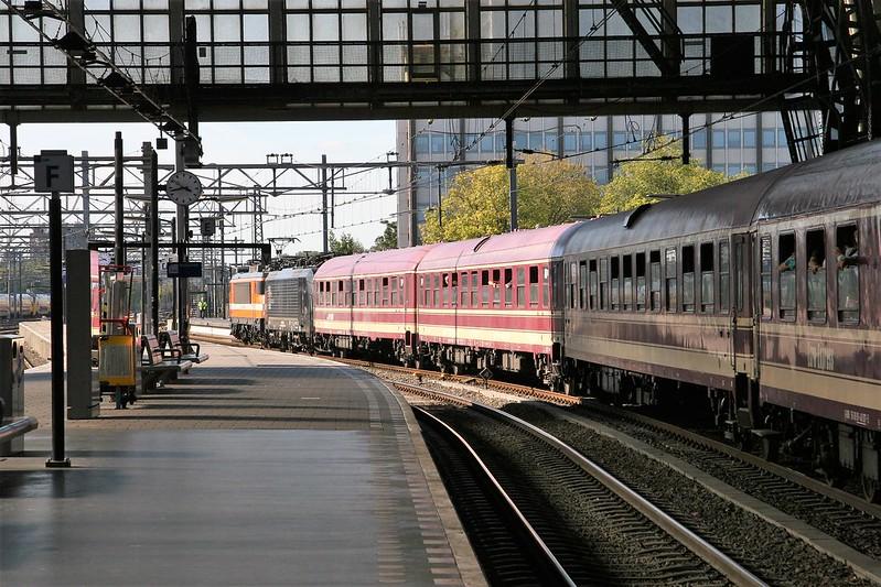 RFO 1837 en 189 095 in opzending komen met de Euro Express als Party Zug door  Amsterdam Centraal, 20190920_IMG_4262