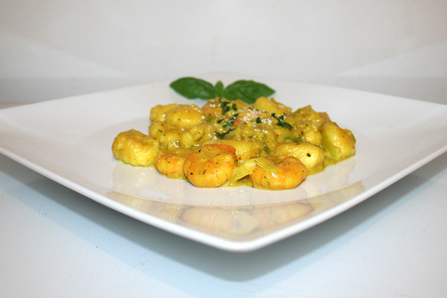 16 - Curry Gnocchi with leek & shrimps - Side view / Curry-Gnocchi mit Lauch & Shrimps - Seitenansicht