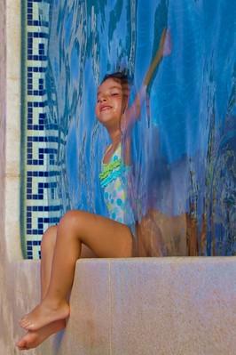 Ainhoa en la piscina (y su padre Javier, invisible debajo del agua)
