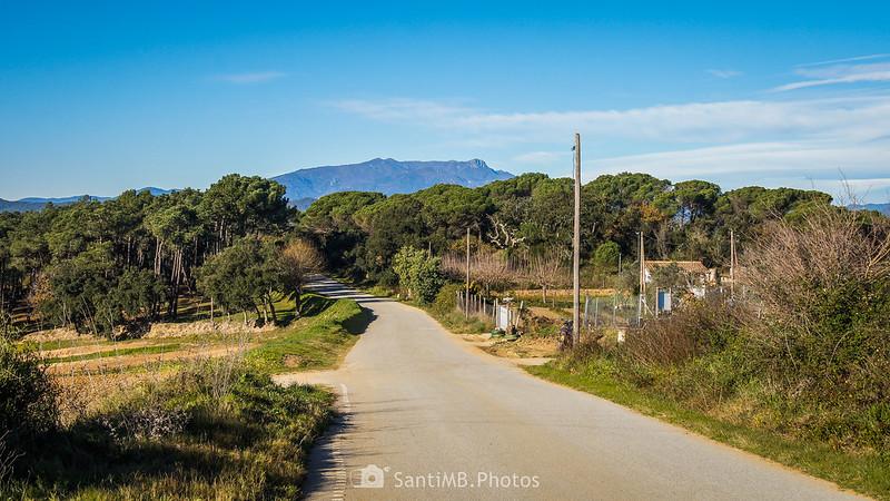 Cruce en la carretera de Tordera con el Montseny al fondo
